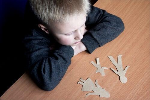 En opprørt liten gutt som tenker på foreldrene sine