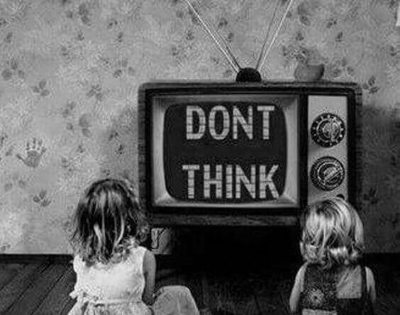 """Barn sitter foran et fjernsyn som sier """"ikke tenk"""""""