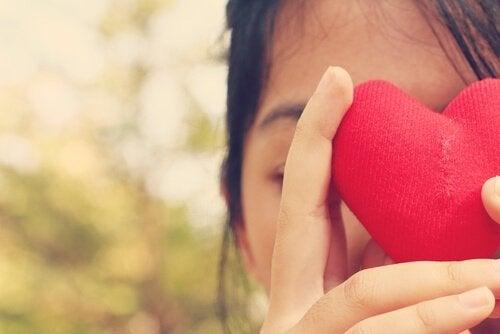 elsk deg selv, jente holder et hjerte