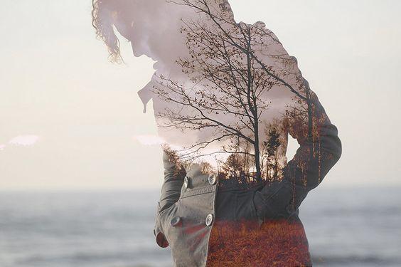Kvinne går tur på høsten