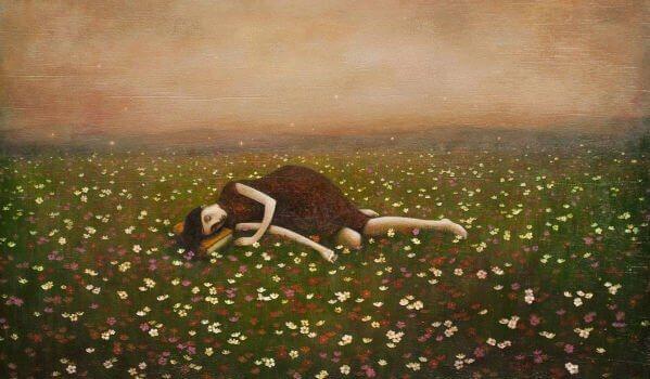 en kvinne som ligger i et felt av blomster