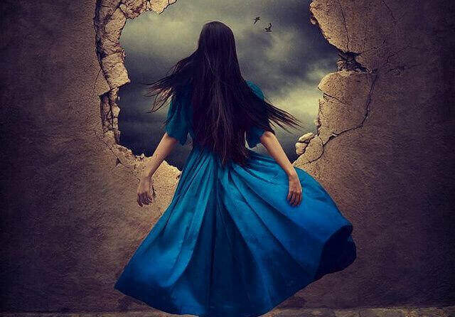 Kvinne i blå kjole