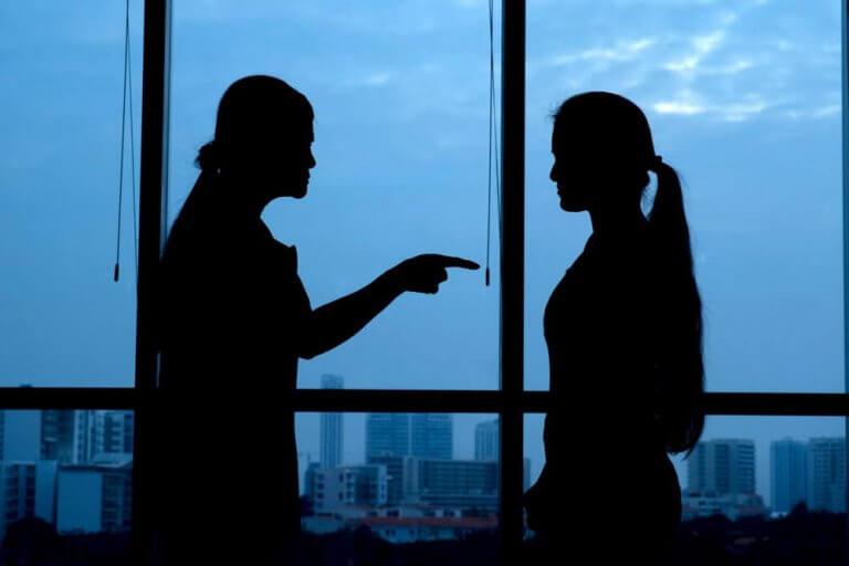 Kvinne opplever destruktiv kritikk