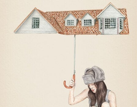 en kvinne som holder en paraply formet som et tak