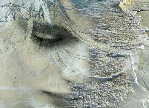 Kvinneansikt i vannkanten