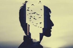 En manns profil med fugler som flyr ut av hodet