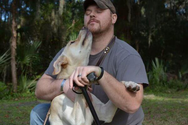 krigsveteran opplever helbredende kraft i hunder