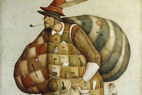 En mann som røyker pipe bærer to store sekker