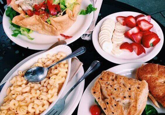 makaroni, frukt og annen mat
