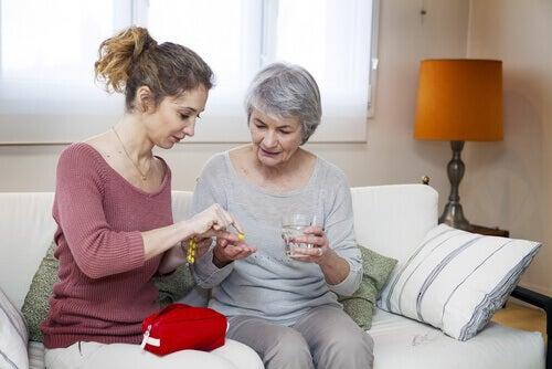 Omsorgshåndtering: Datter gir sin eldre mor medisin