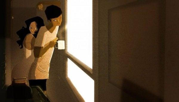 Par drikker kaffe om morgenen