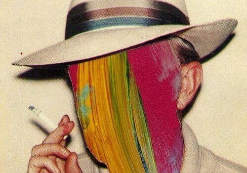 Røykende mann med malt ansikt