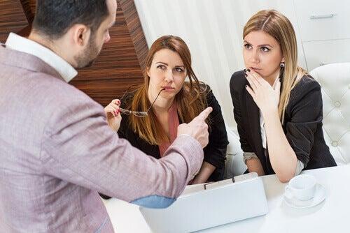 en sjef som snakker med sine ansatte