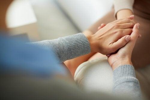 en terapeut som gir støtte i gestaltterapi