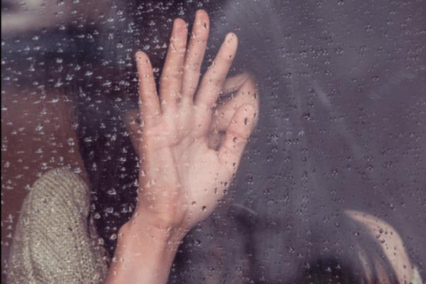 Psykofysiologiske lidelser - kvinne gråter foran et vindu