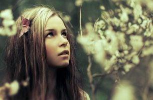 Stillhet er en luksus, jente i skogen