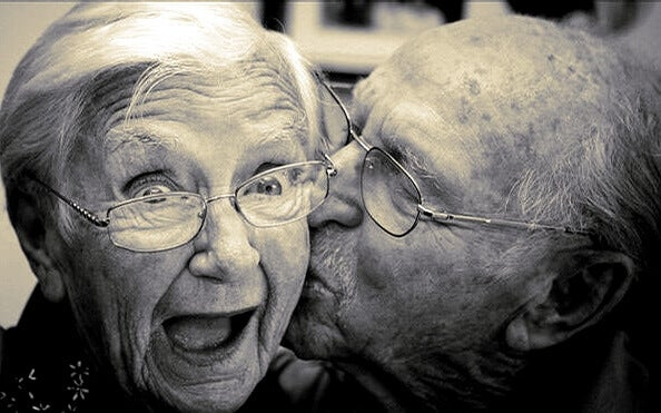 Eldre par opplever kjærlighetens kjemi