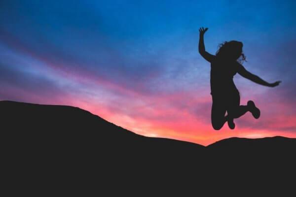 Fri kvinne hopper