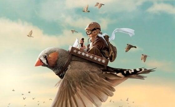 En gutt flyr på en fugl