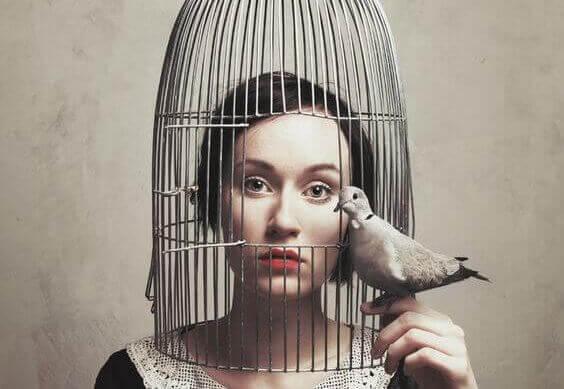 Kvinne i bur