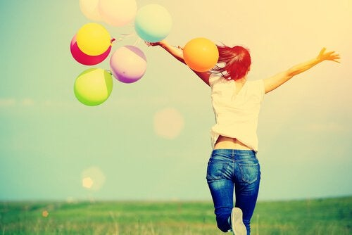 Lykkelig jente med ballonger