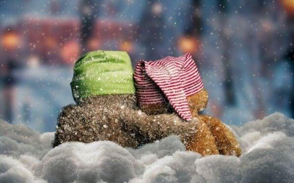 Kosebamser sitter ute i vinteren