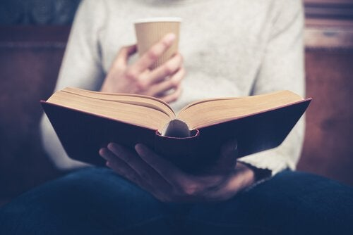 Person leser bok