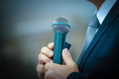 Mann holder mikrofon nervøst