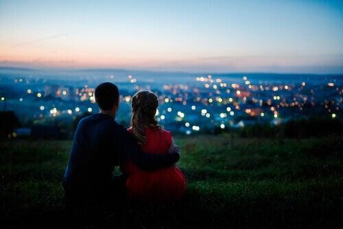Lykkelig par ser på utsikten på kveldstid