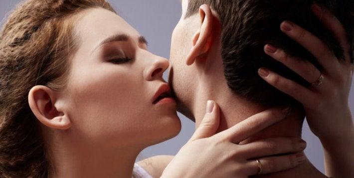 Kvinne kysser mann