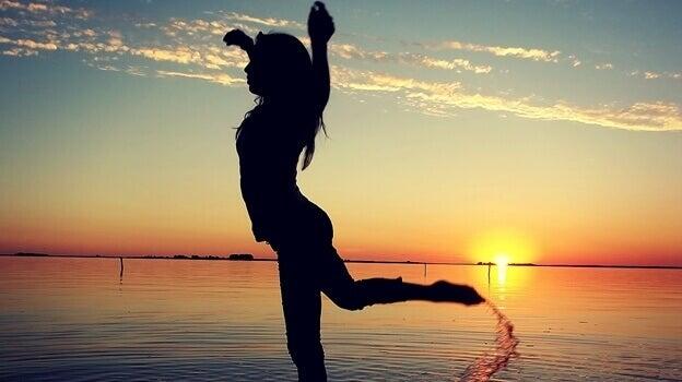 Kvinne danser ved havet