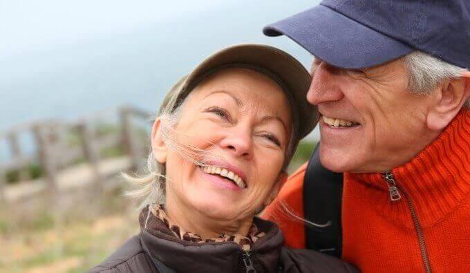 en lykkelig eldre par
