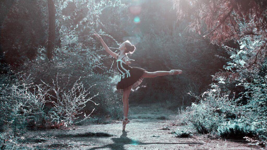 Kvinne danser i skogen