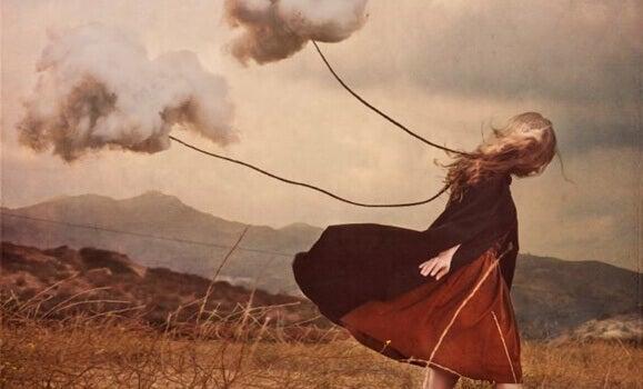 Kvinne drar skyer bak seg