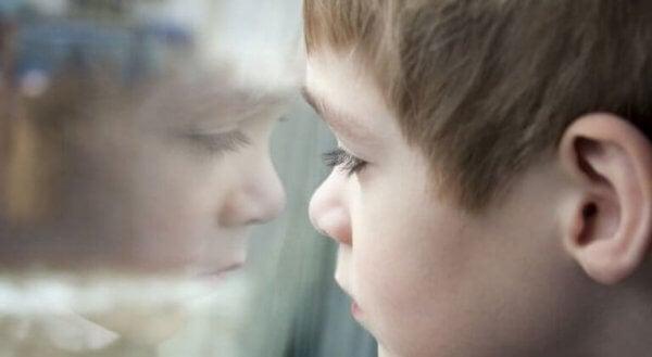 Gutt ser ut av vinduet