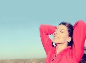 Positiv person: Smilende kvinne gjør seg klar til å løpe