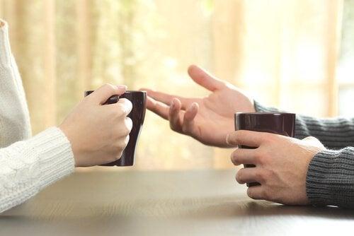 Par snakker over en kopp kaffe