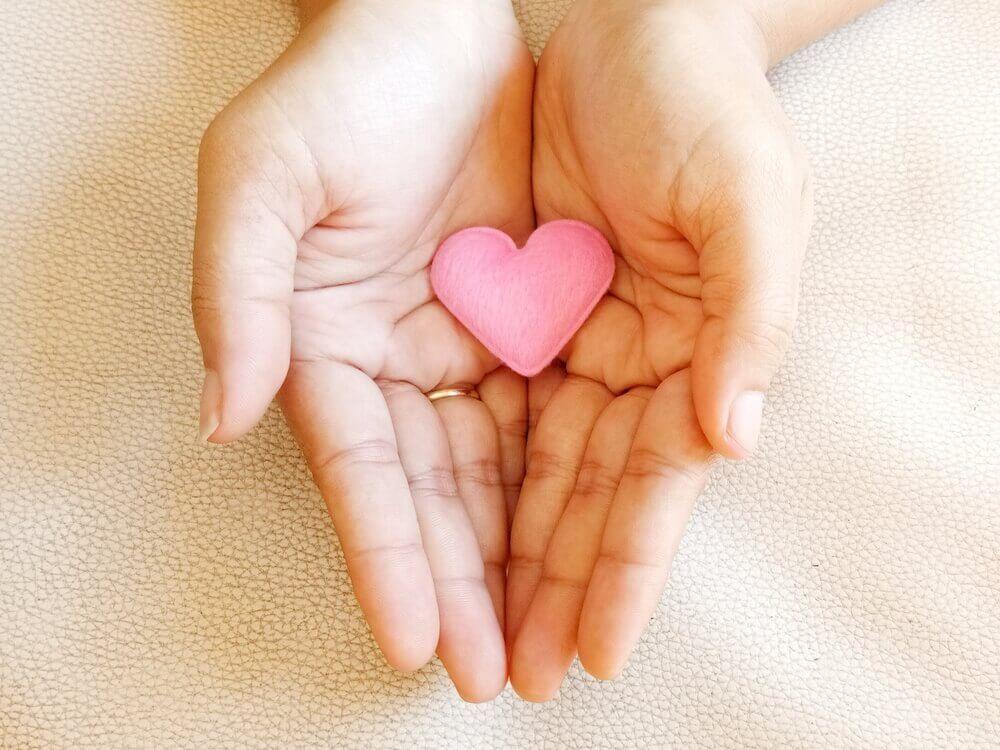 Hender holder et hjerte