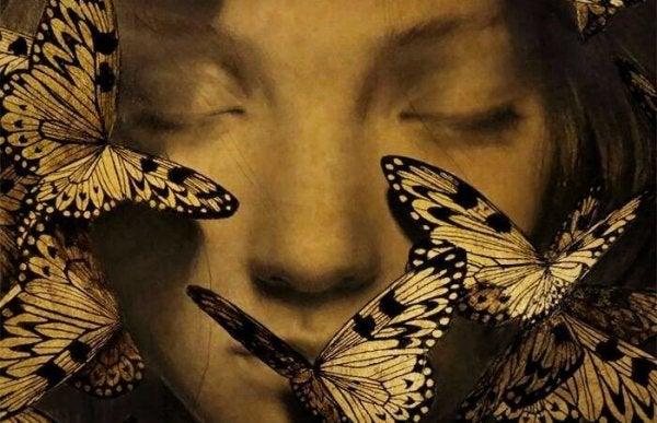Sommerfugler og en jentes ansikt
