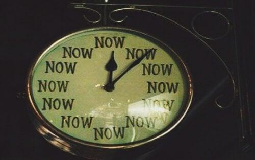 """Klokke som sier """"now"""""""