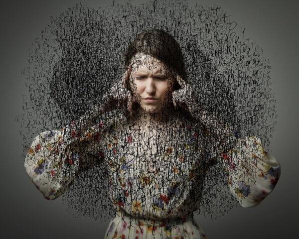 en kvinne blir fornærmet med ord
