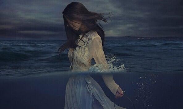kvinne går i havet