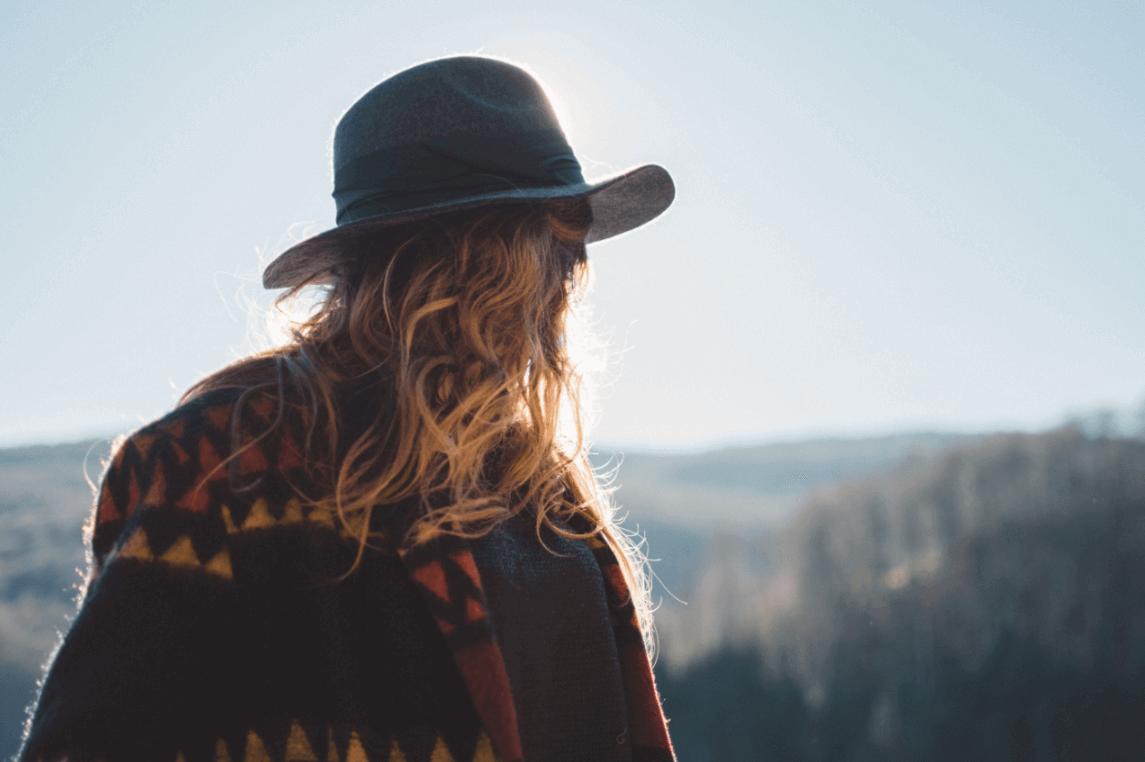 Kvinne med hatt er ute