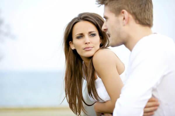 en mann som snakker og en kvinne som lytter