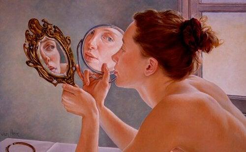 Osho snakker om refleksjon: en kvinne og speil