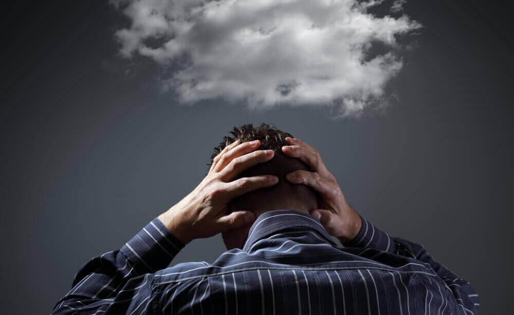 Fortvilet mann med hendene på hodet