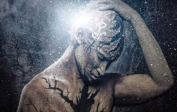 Mann med kraftig hodepine