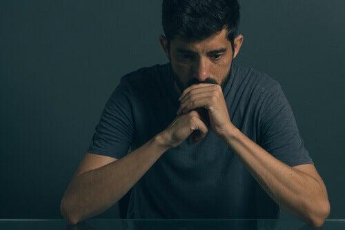 En mann med blandet angstlidelse og depressiv lidelse