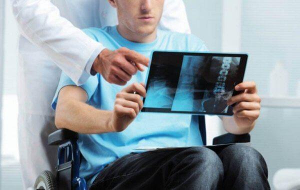 En mann med multippel sklerose ser på et røntgenbilde