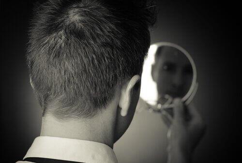 en mann som ser i speilet